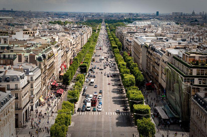 1024px-Avenue_des_Champs-Élysées_July_24,_2009_N1